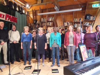 Overhoekskoor zoekt: sopranen en mannen