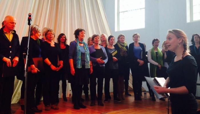 Overhoekskoor neemt met verve afscheid van dirigente Maartje Kuipers
