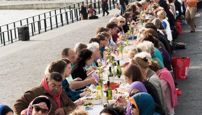 Vrijwilligers gezocht voor de Pontbrug en de Vrijheidsmaaltijd aan het IJ