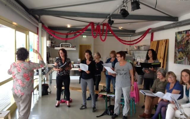 Hollands Hoop: Bek Vol Zand & Buurtkoor Overhoeks