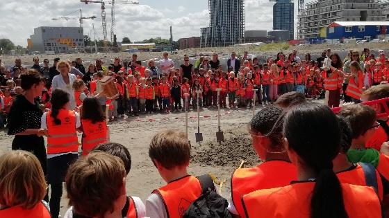 Leerlingen geven startsein bouw eerste basisschool Overhoeks
